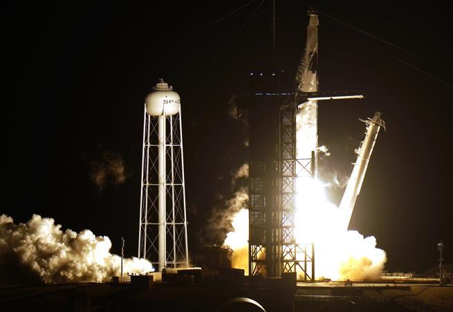 La navicella Crew Dragon nello Spazio verso ISS. Un taxi per NASA
