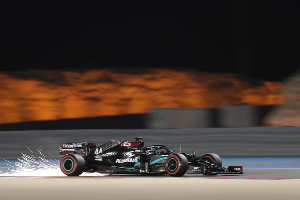 F1, qualifiche GP del Bahrain: pole position per Lewis Hamilton. Delusione Ferrari, Vettel 11° e Leclerc 12°