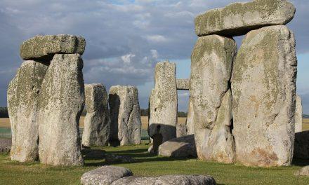 Un cimitero ed uno strano recinto emergono a Stonehenge