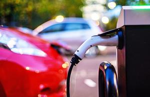 Regno Unito, tagliati di 500 sterline sussidi ad auto elettriche