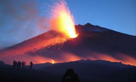 Etna, desta preoccupazione attività parossistica con nube alta 10 Km