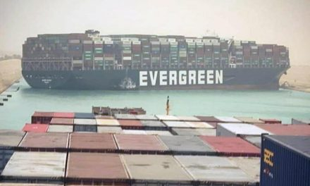 Cargo arenato blocca il canale di Suez