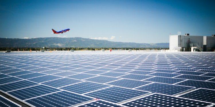 Pannelli solari sugli aeroporti per alimentare le città