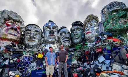 Un'installazione artistica realizzata con rifiuti tecnologici saluta i G7 in Cornovaglia