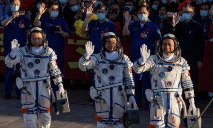 Astronauti cinesi, prima passeggiata spaziale fuori dalla nuova stazione